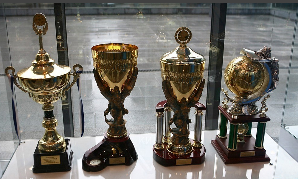 Fussballpokale im Museum von FC Dynamo Kyiv