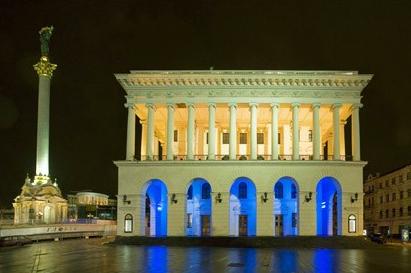 Kiewer Konservatorium und Unabhängigkeitsdenkmal am Abend