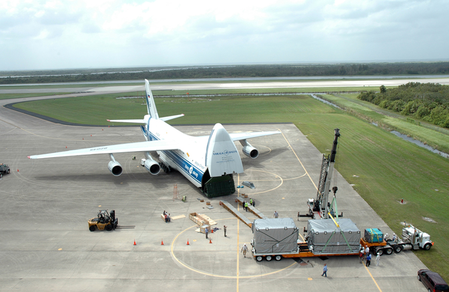 Antonov_An-124_Volga_Dnepr_RA-82045_at_Kennedy_Space_Center