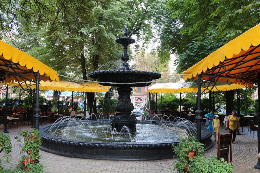 Springbrunnen in der Parkanlage neben dem Goldenen Tor