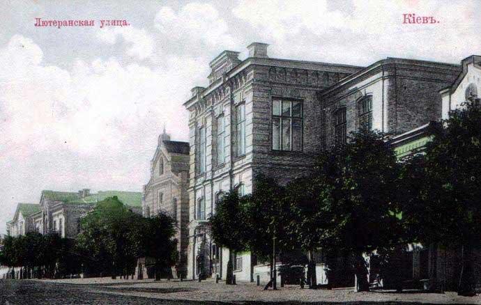 Die St. Katharinenkirche mit dem Armenhaus (links) und dem Schulhaus (rechts). Anfang des 20. Jahrhunderts