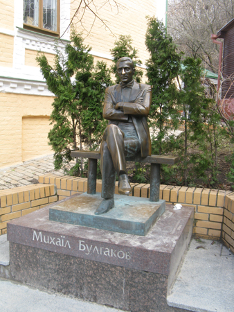 Denkmal für Michail Bulgakow neben dem Bulgakow-Wohnhausmuseum in Kiew