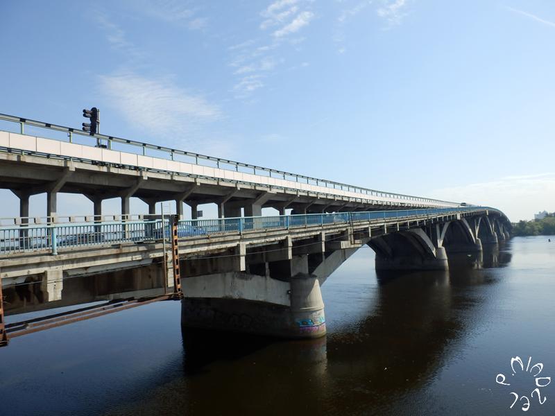 Die Metro-Brücke in Kiew