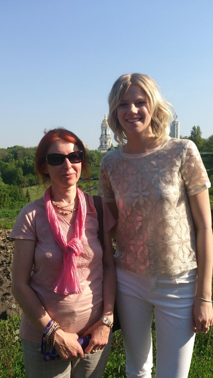 Die deutsche ESC-Teilnehmerin Levina und die Stadtführerin des Reisen Kiew Teams Natascha Jazko