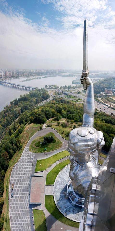 Blick aus der Luft auf die Mutter-Heimat-Statue
